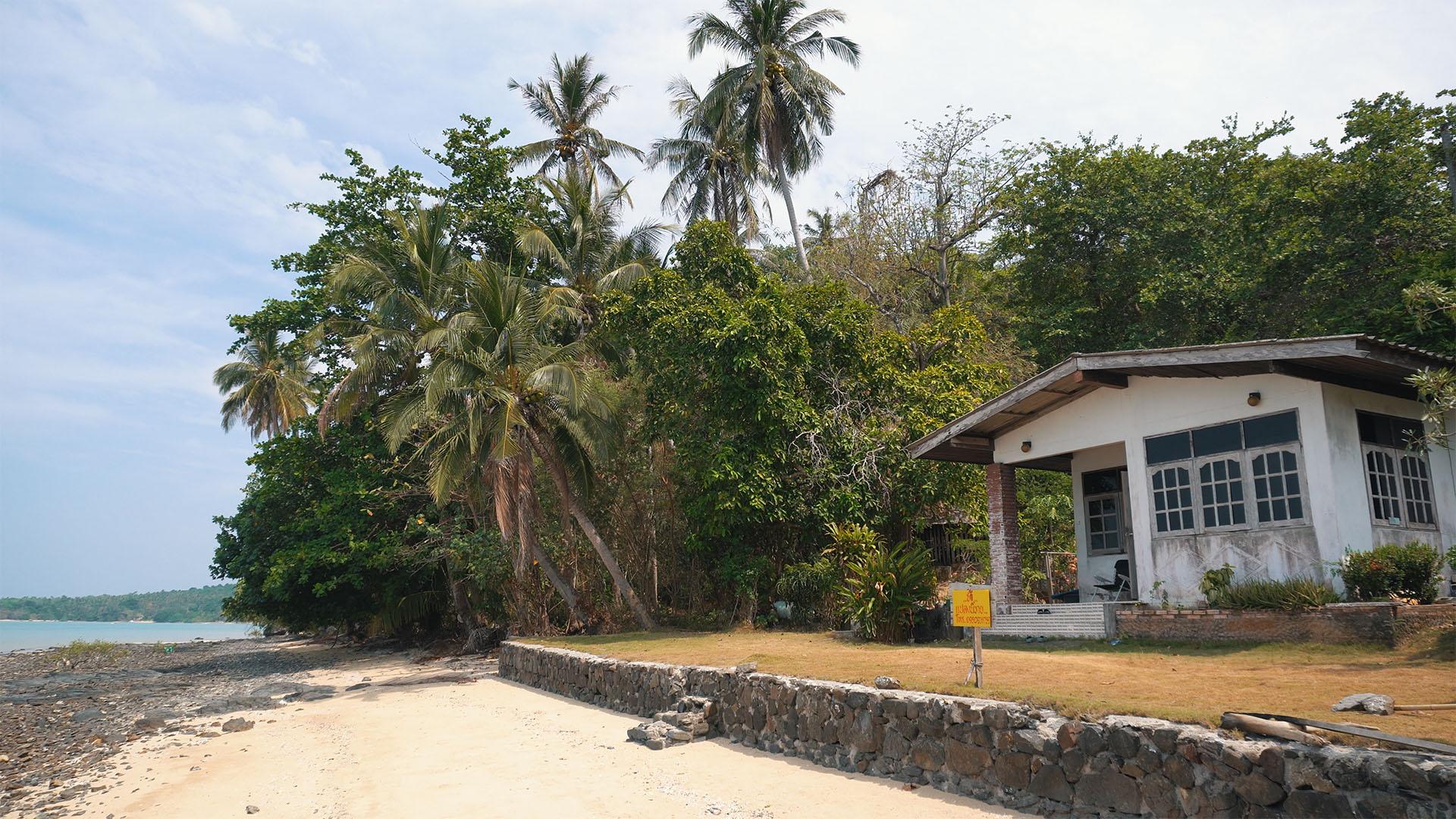 Haus mit Palmen auf Koh Maphrao