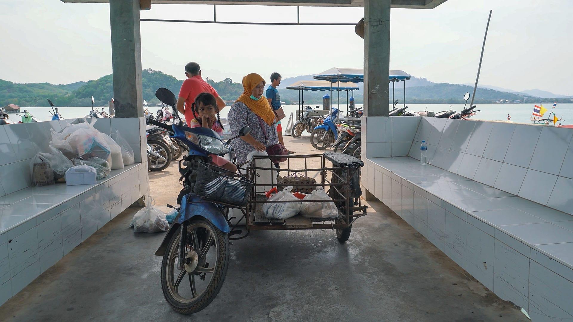 Einheimische am Coconut Island Pier